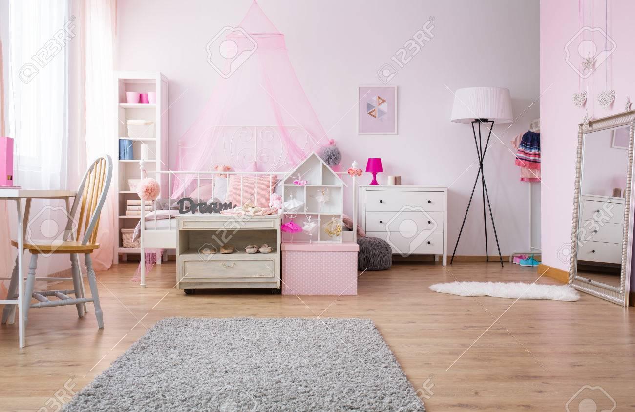 Full Size of Rosa Und Gerumiges Mdchen Schlafzimmer Mit Bett Lampe Esstisch Stehlampen Wohnzimmer Bogenlampe Teppich Weißes Komplettangebote Landhausstil Komplettes Schlafzimmer Lampe Schlafzimmer