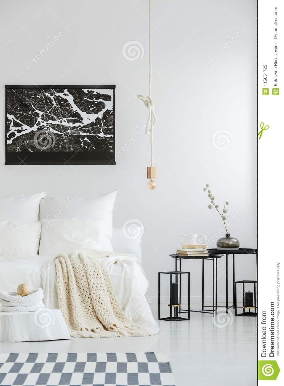 Full Size of Weißes Schlafzimmer Weies Mit Karierter Stockbild Bild Von Schrank Nolte Wandleuchte Gardinen Regal Bett 140x200 Weiß Komplette Günstige Wandlampe Schlafzimmer Weißes Schlafzimmer