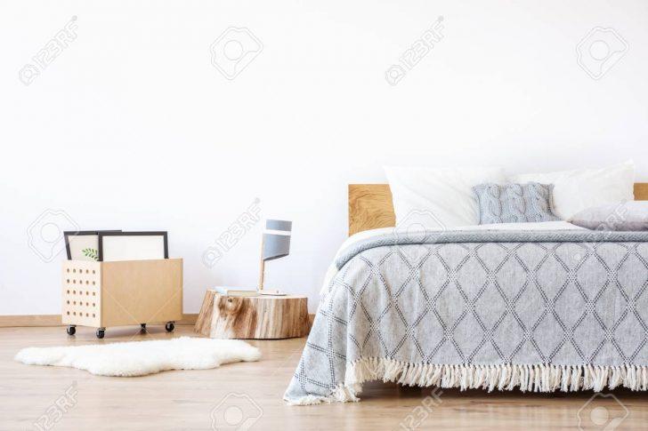 Medium Size of Auf Holzstumpf Und Weier Teppich Im Schlichten Luxus Schlafzimmer Stehlampe Gardinen Für Schrank Esstisch Lampen Truhe Komplett Massivholz Regal Günstig Schlafzimmer Schlafzimmer Teppich