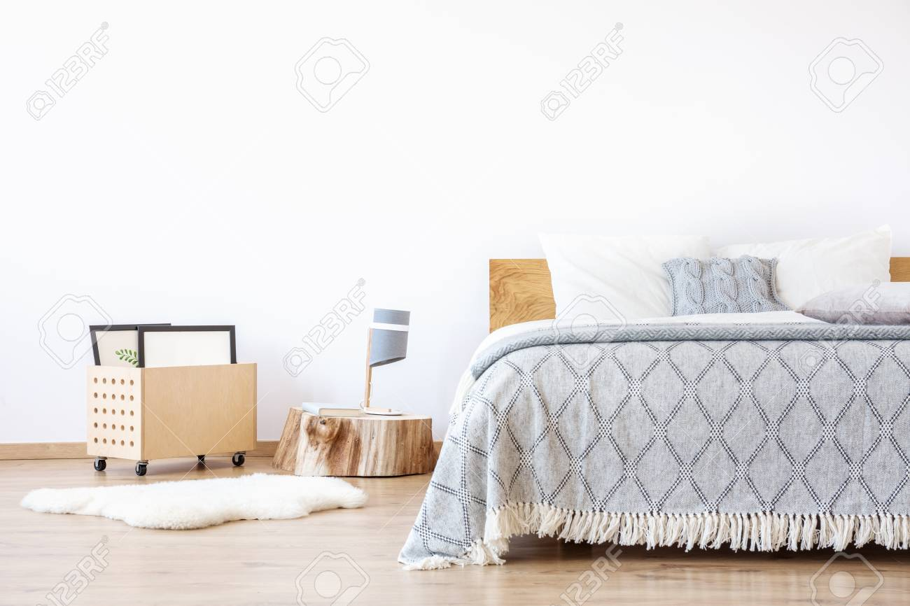 Full Size of Auf Holzstumpf Und Weier Teppich Im Schlichten Luxus Schlafzimmer Stehlampe Gardinen Für Schrank Esstisch Lampen Truhe Komplett Massivholz Regal Günstig Schlafzimmer Schlafzimmer Teppich