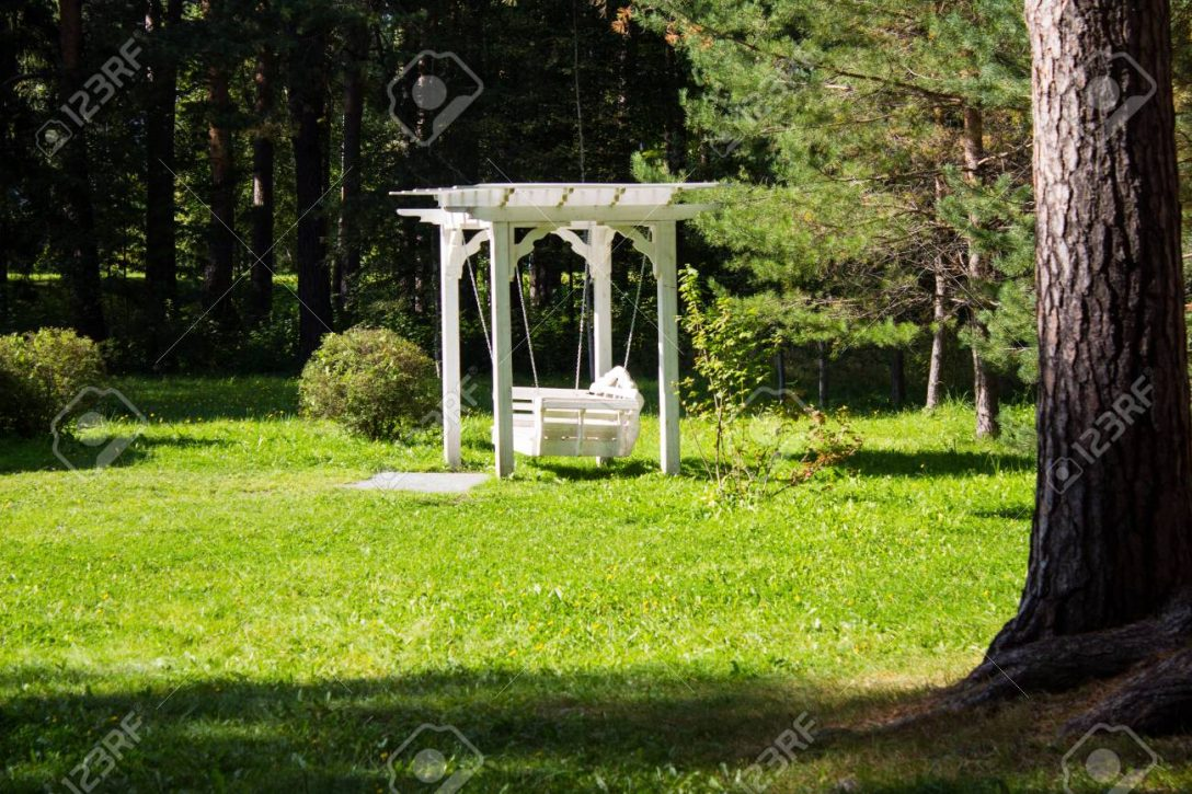 Large Size of Exquisite Weie Schaukel Im Garten Sie Fr Entspannung Schaukelstuhl Für Wohnzimmer Spiegelschrank Bad Led Spot Klimagerät Schlafzimmer Schwimmingpool Sitzbank Garten Schaukel Für Garten