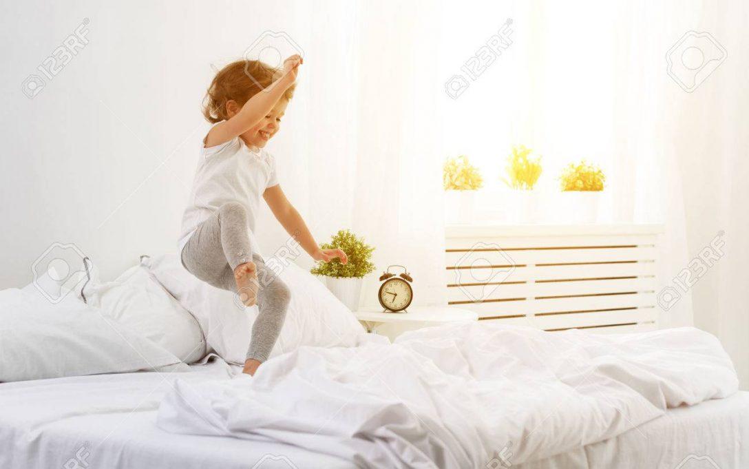Large Size of Glckliches Kind Mdchen Mit Spa Springt Und Spielt Bett Ausstellungsstück Luxus Bettkasten 140x200 140 Eiche Massiv 180x200 Gästebett Schlafzimmer Betten Bett Bett Mädchen