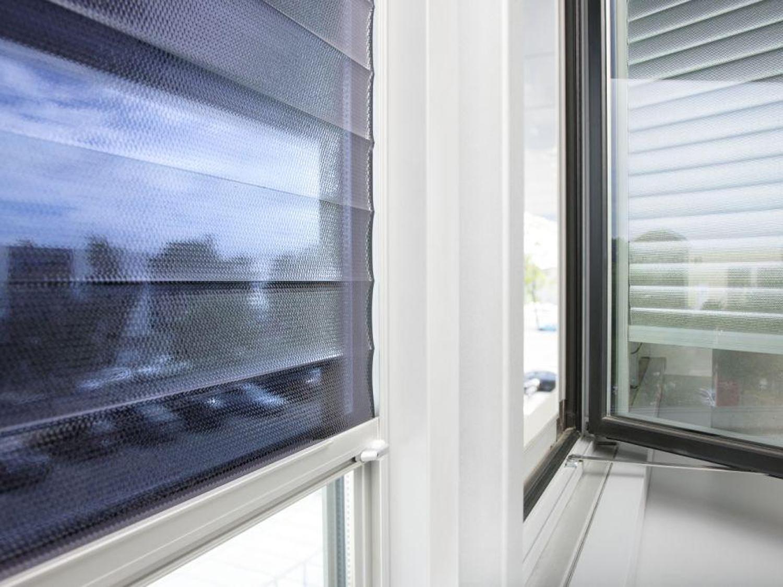 Full Size of Sonnenschutzfolie Fenster Innen Doppelverglasung Selbsthaftend Oder Aussen Montage Anbringen Test Baumarkt Hitzeschutzfolie Entfernen Obi Günstige Jalousie Fenster Sonnenschutzfolie Fenster Innen