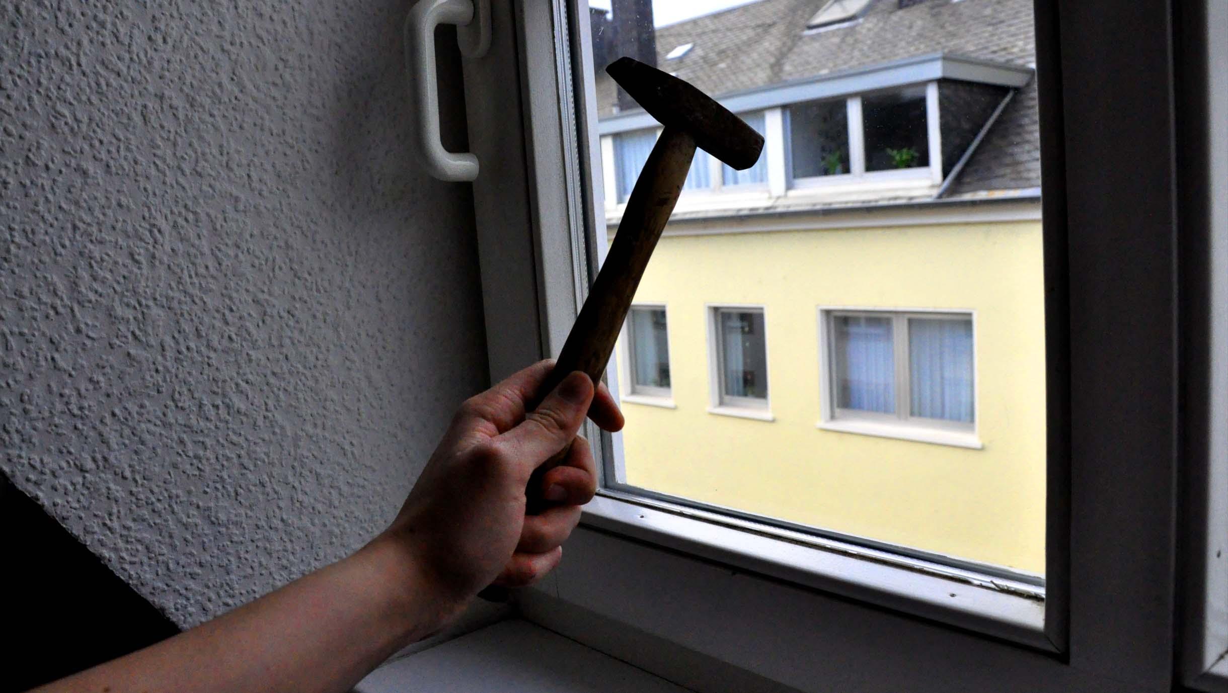 Full Size of Sinnlos Fenster Eingeschlagen Einbruch 54 Trier Einbruchschutz Folie Für Mit Eingebauten Rolladen Abdichten Konfigurator Schüko Plissee Sicherheitsbeschläge Fenster Fenster Trier