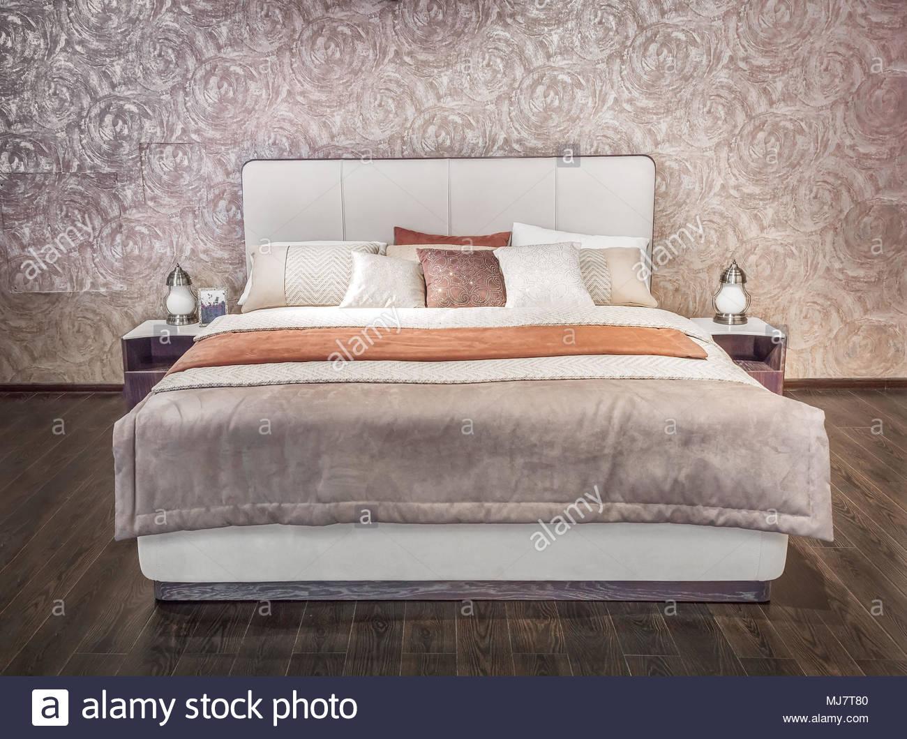 Full Size of Modernes Bett Luxus Grau Beige Mbel Mit Gemusterter Bettwsche Mädchen Vintage Niedrig Betten Berlin Skandinavisch Kiefer 90x200 140x200 Stauraum Ruf Hülsta Bett Modernes Bett