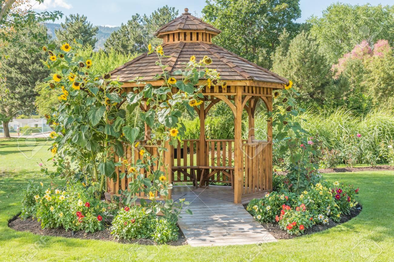 Full Size of Garten Pavillon Metall Rechteckig 3x3m Wetterfest Holz Glas Dach Kaufen 3x3 Dubai Natur Gartenpavillon Rund Eisen Winterfest Im Ffentlichen Stadtpark Mit Garten Garten Pavillon