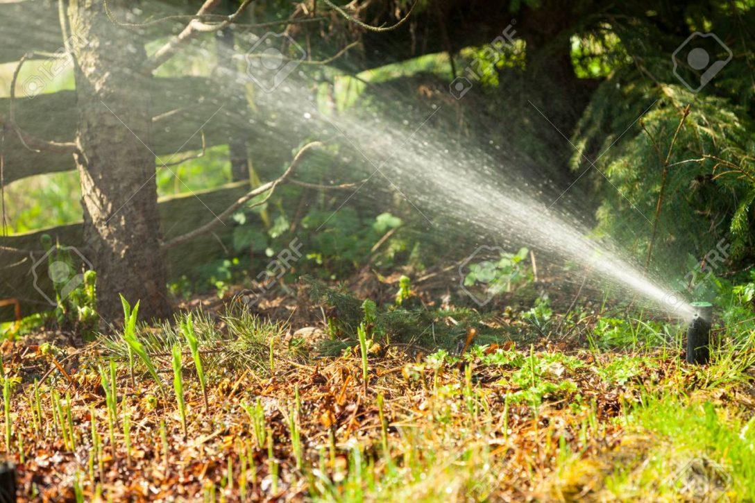 Large Size of Bewässerungssystem Garten Gartenarbeit Rasensprenger Versprhen Von Wasser Ber Grne Gras Sitzbank Ecksofa Versicherung Liegestuhl Spaten Ausziehtisch Liege Garten Bewässerungssystem Garten