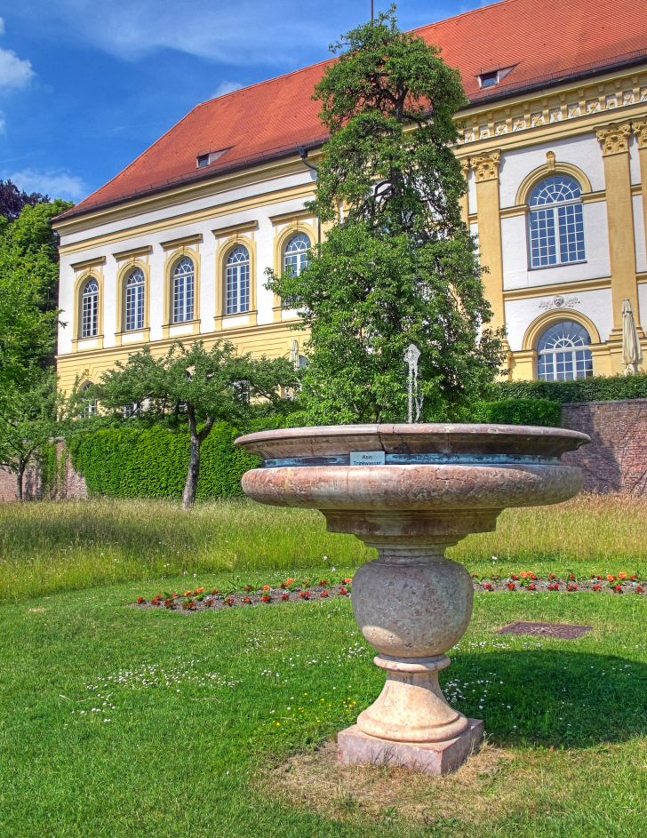 Medium Size of Wasserbrunnen Garten Dateidachauer Schloss Brunnen Im Gartenjpg Wikipedia Und Landschaftsbau Hamburg Holztisch Ausziehtisch Holzhäuser Bewässerung Garten Wasserbrunnen Garten