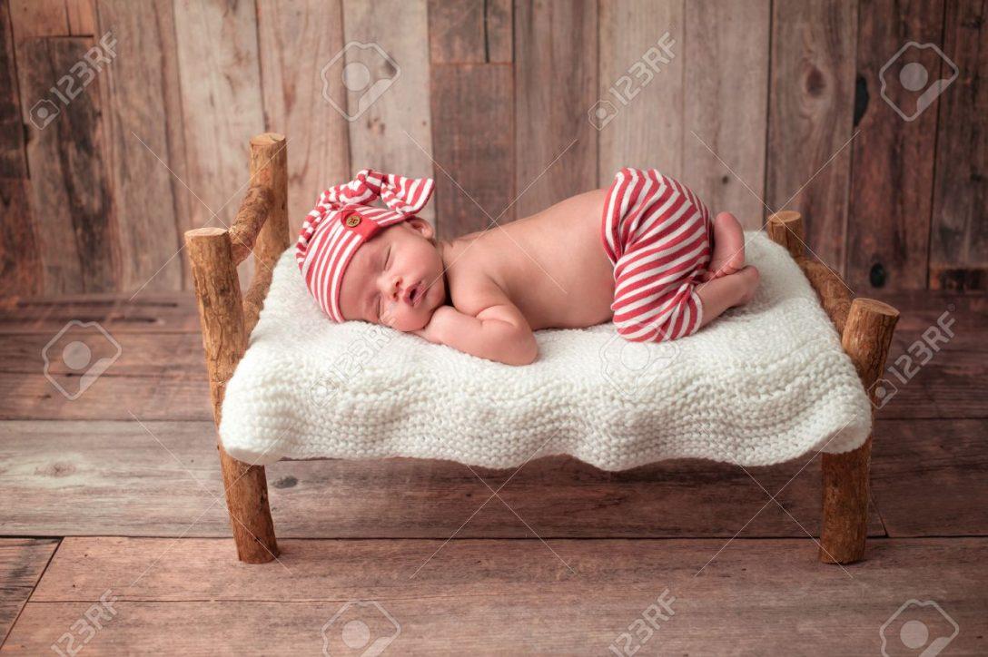 Large Size of Altes Bett Portrt Eines 2 Wochen Neugeborenes Baby Er Ist Auf Einer 120x190 Ausklappbar Japanisches Minimalistisch 220 X 200 Lifetime 160x200 Wand Betten Test Bett Altes Bett