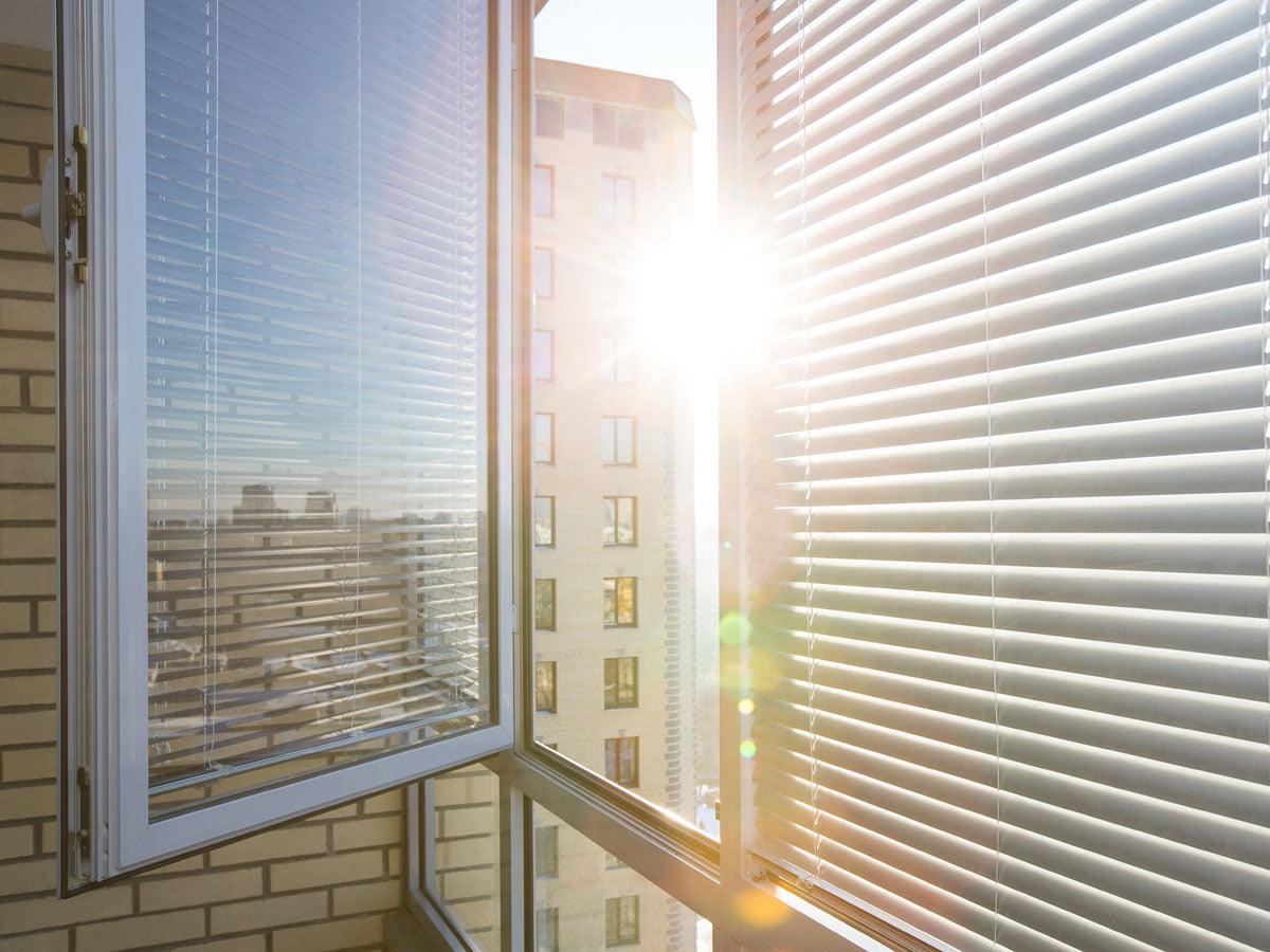 Full Size of Sonnenschutz Fenster Innen Ohne Bohren Selber Machen Rollos Velux Oder Aussen Innenrollos Plissee Ikea Folie Saugnapf Hitzeschutz Im Sommer Was Hilft Wirklich Fenster Sonnenschutz Fenster Innen