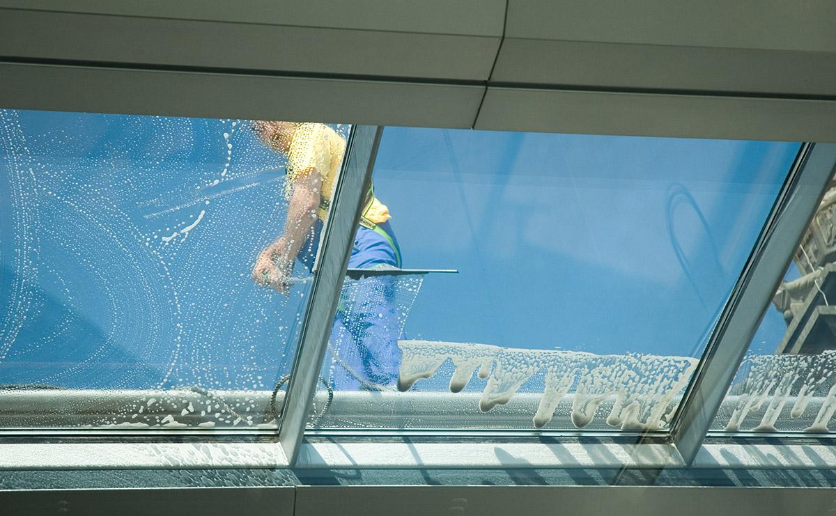 Full Size of Fenster Reinigen Reinigung Gebudereinigung Fleischmann Veka Roro Beleuchtung Einbruchschutz Stange Tauschen Kunststoff Bodentief Auto Folie Mit Rolladen Fenster Fenster Reinigen
