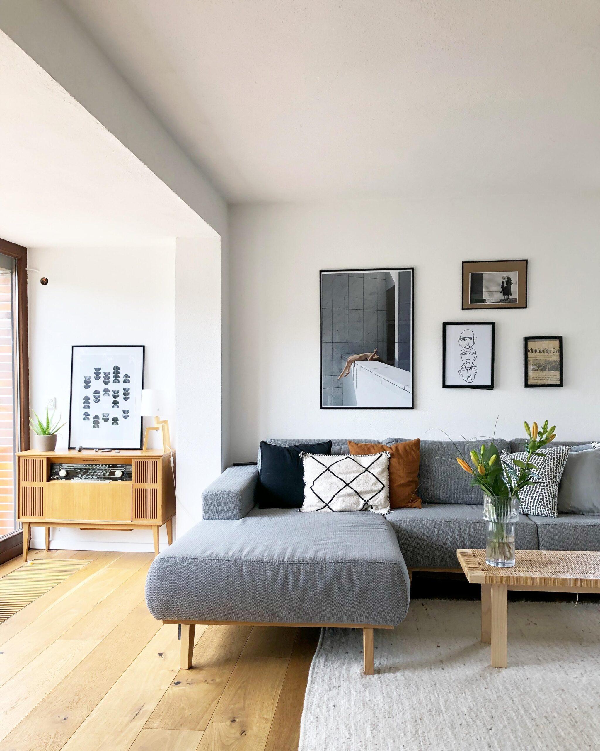 Full Size of Graues Sofa Welcher Teppich Dekoration Kissenfarbe Wandfarbe Graue Couch Kombinieren Gelbe Kissen Wohnzimmer Brauner Welche Passt Kleines Ikea Blauer Bilder Sofa Graues Sofa