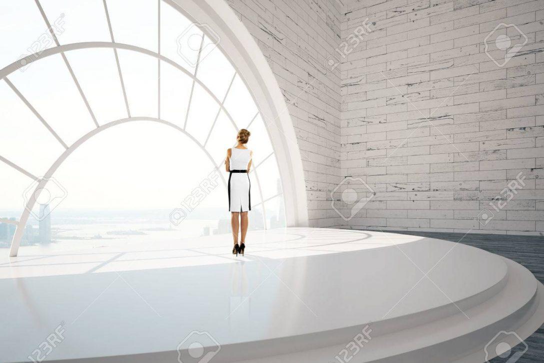 Large Size of Fenster Geschftsfrau Stehen In Ziegel Inter Mit Treppen Standardmaße Einbauen Kosten Klebefolie Für Alarmanlage Preisvergleich Einbruchsicherung Alte Kaufen Fenster Runde Fenster