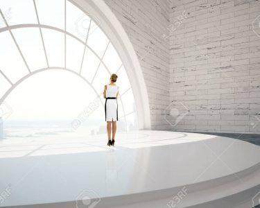 Runde Fenster Fenster Fenster Geschftsfrau Stehen In Ziegel Inter Mit Treppen Standardmaße Einbauen Kosten Klebefolie Für Alarmanlage Preisvergleich Einbruchsicherung Alte Kaufen