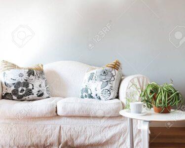 Landhausstil Sofa Sofa Landhausstil Sofa Blank Bemalte Graue Wand Mit Weien Und Weiß Bezug Ecksofa Ottomane Stressless Canape überzug Xora Antik W Schillig Mega L Form Recamiere