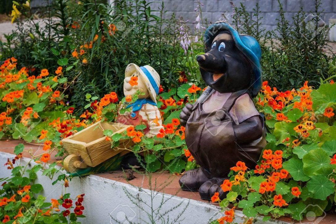 Large Size of Garten Skulpturen In Einem Unter Schnen Blumen Lizenzfreie Sichtschutz Wpc Pergola Schwimmingpool Für Feuerstelle Holz Liege Mein Schöner Abo Pool Guenstig Garten Garten Skulpturen