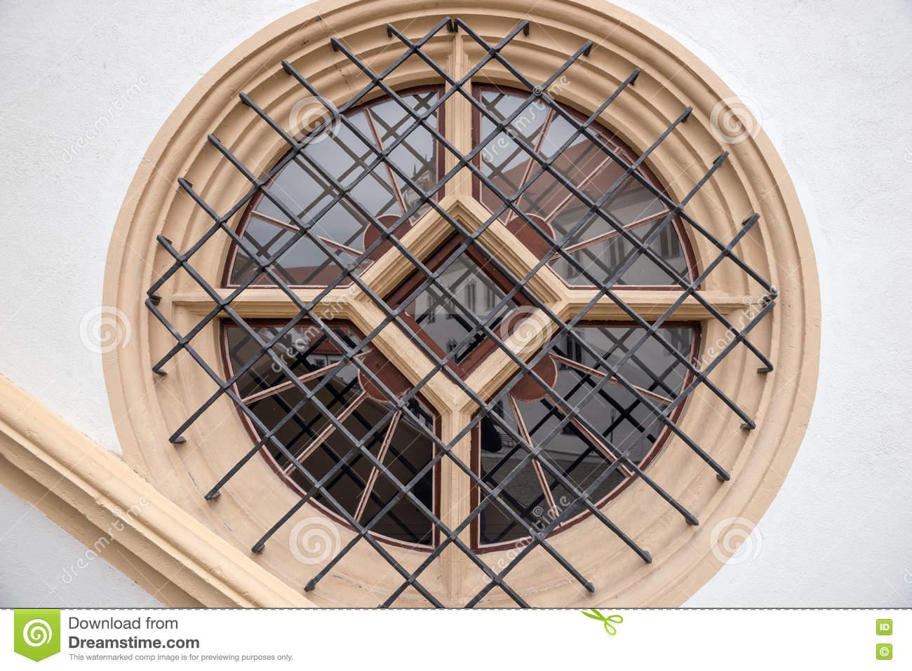 Full Size of Fenster Mit Metallstangen Im Haus Stockfoto Bild Von Fliegengitter Maßanfertigung Verdunkelung Einbruchschutz Nachrüsten Jalousien Innen Folie Für Günstige Fenster Rundes Fenster