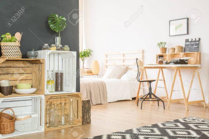 Medium Size of Holzkisten Mit Zubehr In Einer Studio Wohnung Bett Billige Betten Steens Fenster Ohne Füße Ikea Sofa Schlaffunktion Aufbewahrung Einbauküche E Geräten Bett Bett Mit Schreibtisch