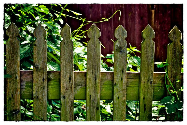 Medium Size of Garten Zaun Alter Gartenzaun Foto Bild Landschaft Trampolin Ecksofa Lärmschutz Sichtschutz Holz Relaxsessel Paravent Mastleuchten Bewässerung Lärmschutzwand Garten Garten Zaun