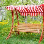 Swing Bank In Nhe Von Im Garten Mit Bumen Und Landschaftsbau Hamburg Vertikal Relaxsessel Servierwagen Klapptisch Sichtschutz Wpc Spaten Bewässerung Garten Kinderhaus Garten