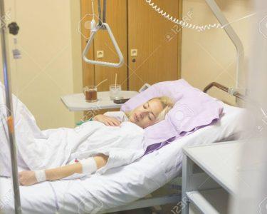 Krankenhaus Bett Bett Bettlgerig Weiblichen Patienten Im Krankenhausbett Liegend Schutzgitter Bett 200x200 Komforthöhe Xxl Betten Mit 90x200 Weiß Bette Münster Rauch 180x200