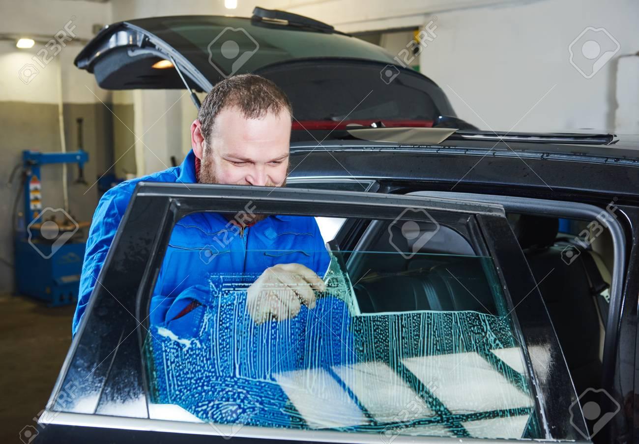 Full Size of Auto Tnung Kfz Mechaniker Techniker Anwendung Folie Auf Fenster Klebefolie Weihnachtsbeleuchtung Sonnenschutzfolie Innen Dreifachverglasung Rollos Ohne Bohren Fenster Auto Fenster Folie