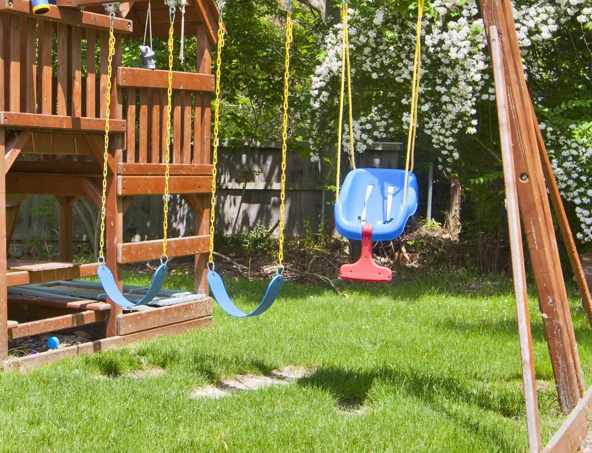 Full Size of Spielgerät Garten Rasen Im Mit Kindern Kids Bewässerungssysteme Relaxsessel Schwimmingpool Für Den Bewässerung Spaten Holzhaus Schwimmbecken Liegestuhl Garten Spielgerät Garten