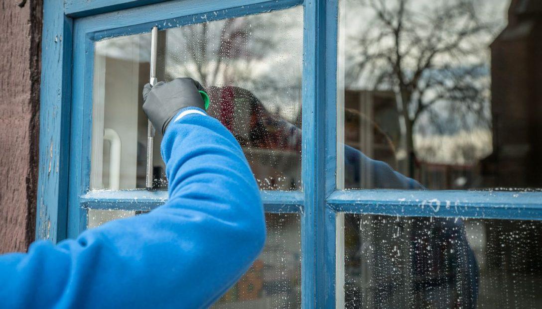 Large Size of Fenster Reinigen Reinigung Von Glas Glasmass Kosten Neue Veka Dreh Kipp Mit Rolladenkasten 120x120 Sprossen Dachschräge Klebefolie Auf Maß Preise Fenster Fenster Reinigen