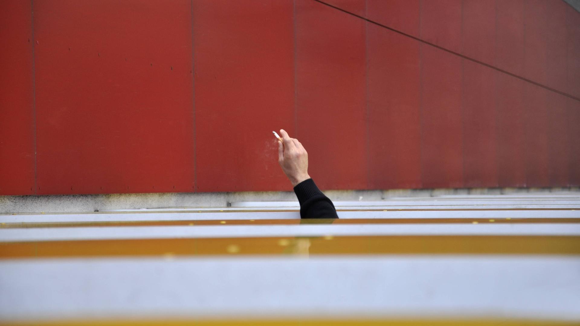 Full Size of Fenster Hannover Unglck In Mann Strzt Beim Rauchen Den Tod Rolladen Nachträglich Einbauen Sonnenschutz Für Bremen Insektenschutz Jalousie Sonnenschutzfolie Fenster Fenster Hannover