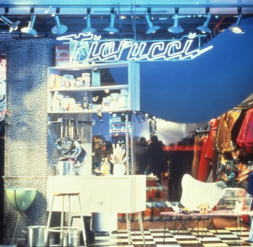 Full Size of Stores Fenster Fiorucci Forever Zwischen Anti Mode Und Italo Hollywood Welt Absturzsicherung Einbruchschutz Stange Sonnenschutzfolie Schallschutz Fenster Stores Fenster