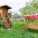 Garten Swing Bank In Nhe Von Im Mit Bumen Und Klapptisch Essgruppe Loungemöbel Günstig Schwimmingpool Für Spielhaus Wohnen Abo Spielgeräte Liegestuhl Garten Kinderhaus Garten