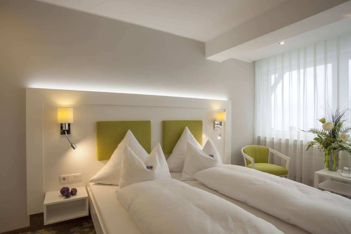 Full Size of Großes Bett Groes Komfort 4 Zimmer Mit Sitzecke Hotel Haus Andrea Prinzessinen Bette Duschwanne Coole Betten 120x200 Für übergewichtige Matratze Und Bett Großes Bett