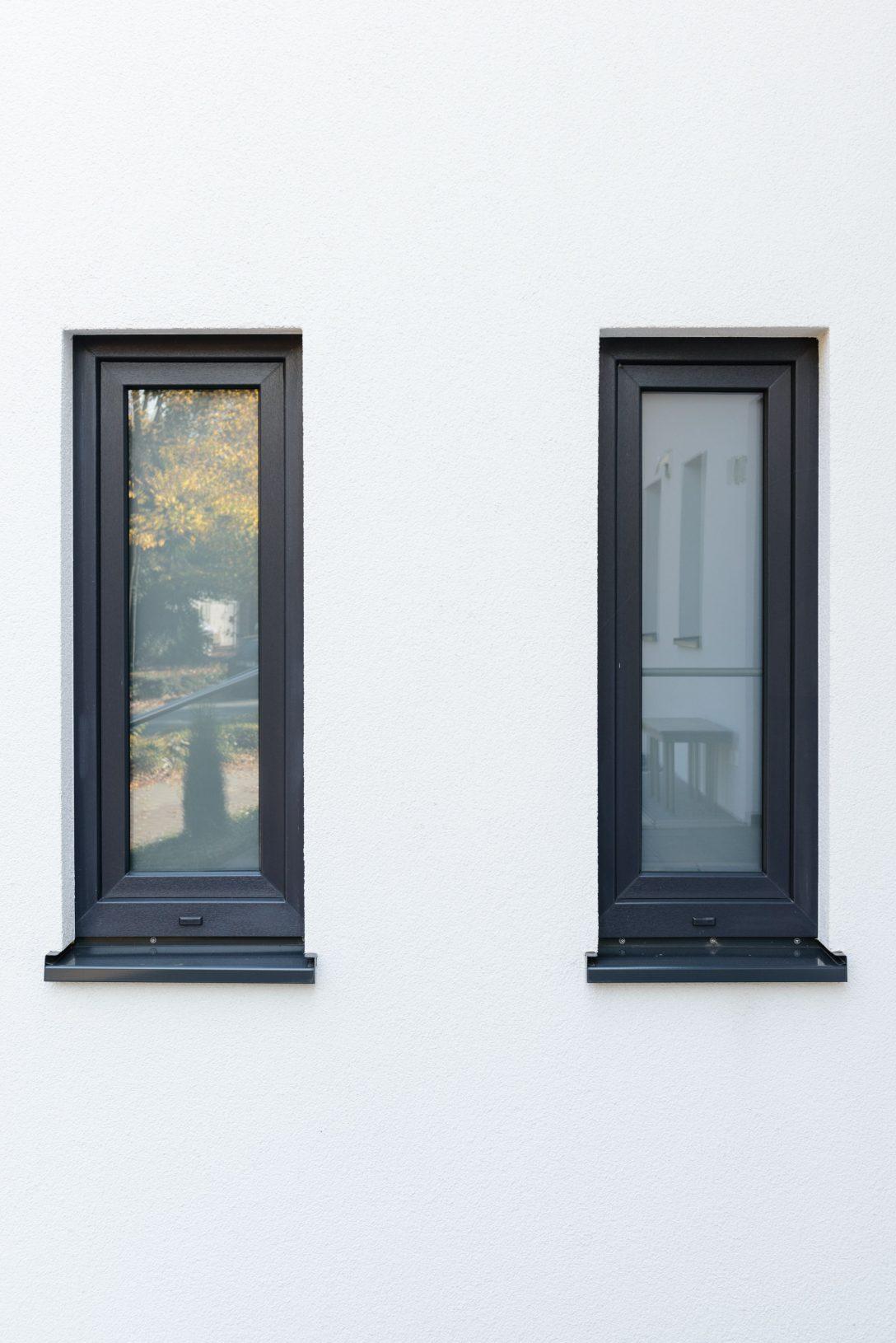 Large Size of Moderne Fenster Und Fensterbank In Schnem Anthrazit Architektur 120x120 Zwangsbelüftung Nachrüsten Sonnenschutz Innen Mit Rolladenkasten Velux Einbauen Fenster Fenster Anthrazit