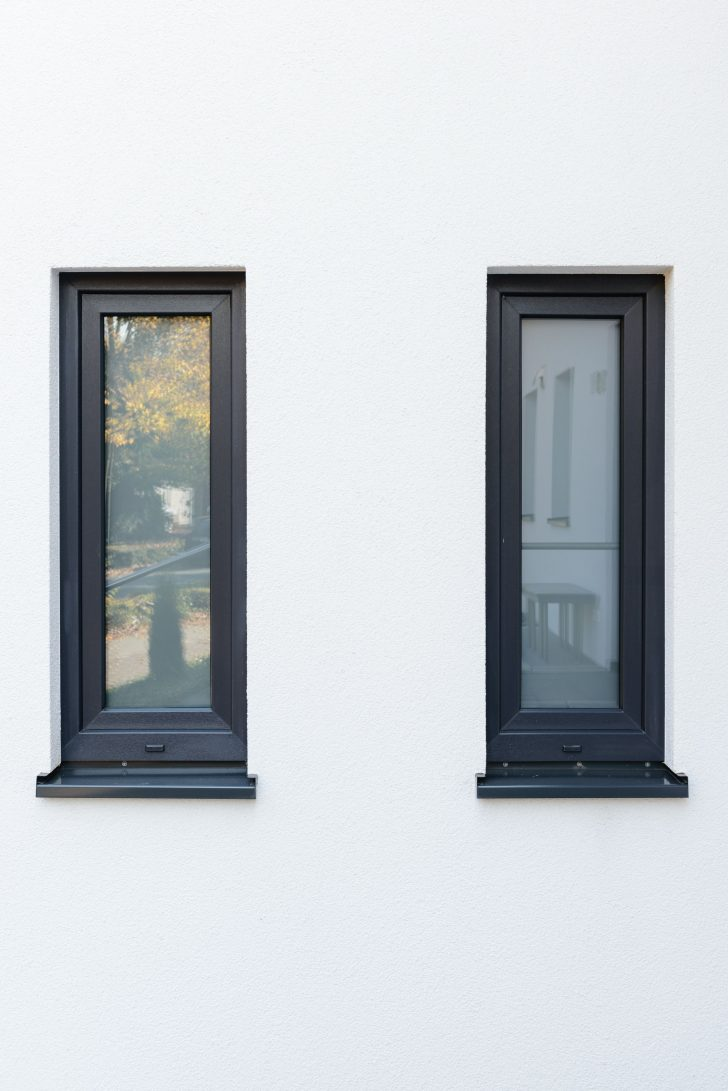 Medium Size of Moderne Fenster Und Fensterbank In Schnem Anthrazit Architektur 120x120 Zwangsbelüftung Nachrüsten Sonnenschutz Innen Mit Rolladenkasten Velux Einbauen Fenster Fenster Anthrazit