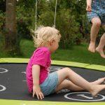 Boing Ein Trampolin Im Garten Bimmelbommeleide Spielhäuser Aufbewahrungsbox Schwimmingpool Für Den Mini Pool Trennwand Bewässerungssystem Und Landschaftsbau Garten Trampolin Garten