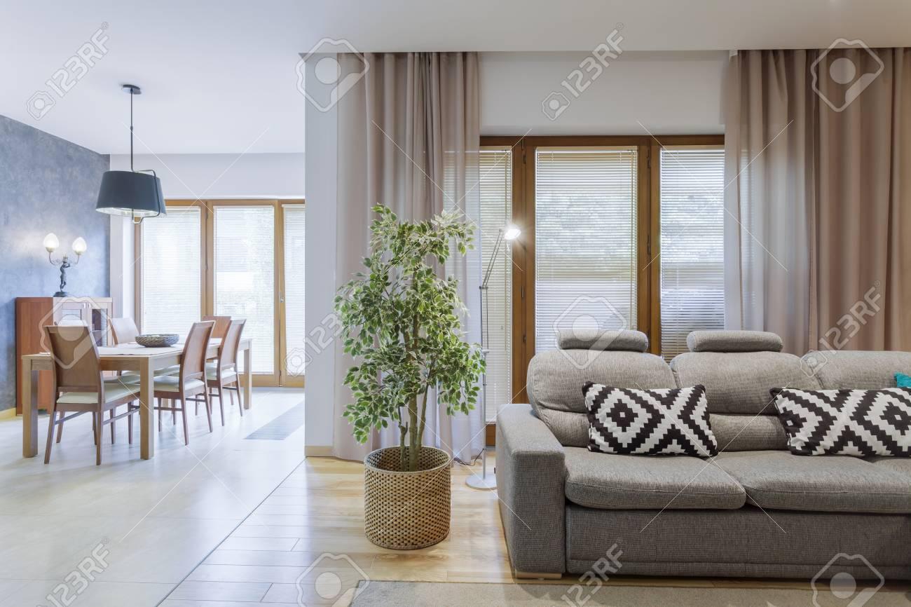 Full Size of Esszimmer Sofa Samt Ikea Couch Grau Vintage Ffnen Sie Gerumigen Wohnzimmer Mit Grauem Und L Schlaffunktion Kolonialstil Blau Groß In Form Heimkino Sofort Sofa Esszimmer Sofa