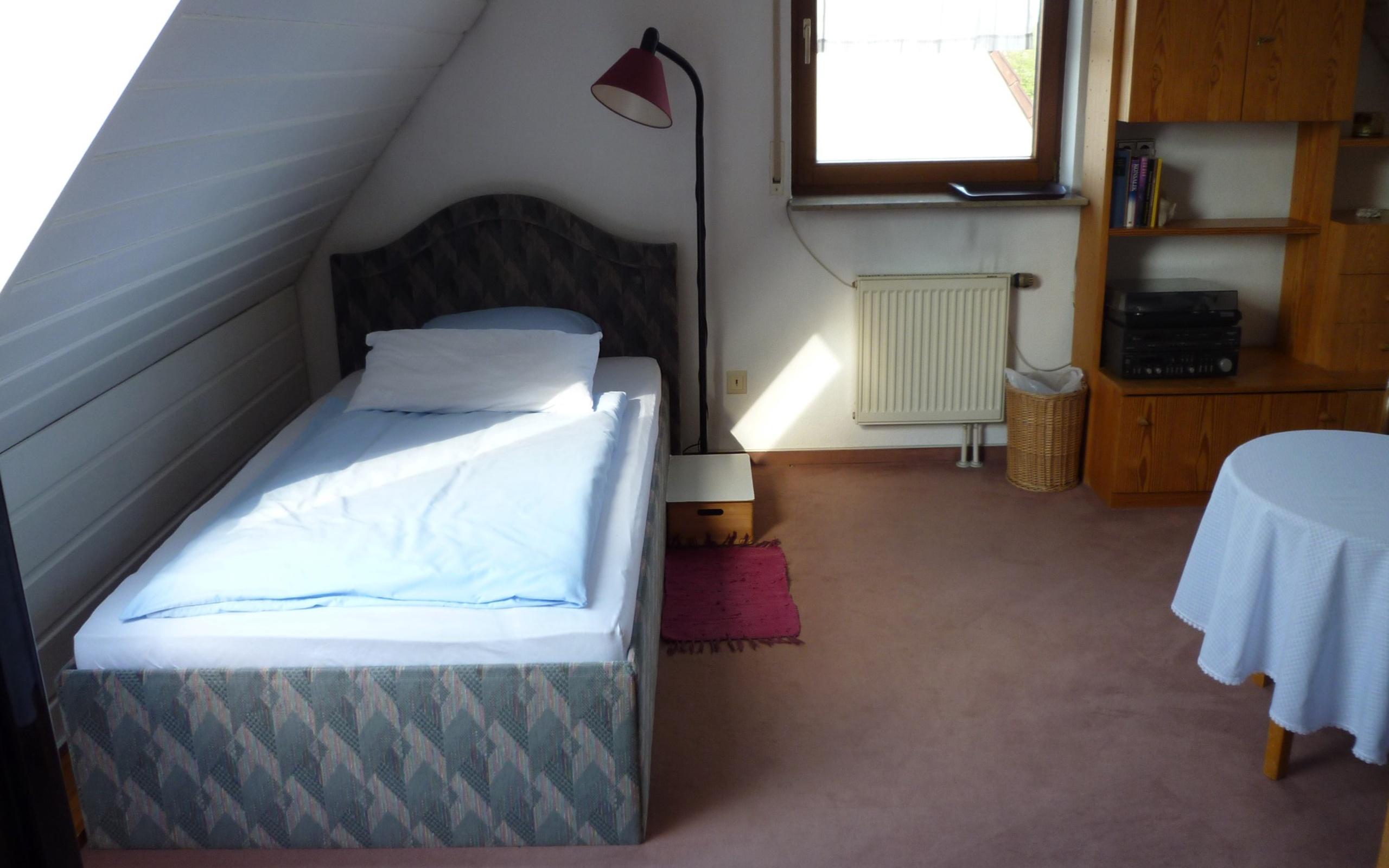 Full Size of Günstiges Bett Gnstiges Groes Mbliertes Zimmer In Stuttgart Sillenbuch Ruf Betten Preise 120x190 Möbel Boss Hohes Jugend Mit Stauraum 140x200 Nussbaum Futon Bett Günstiges Bett