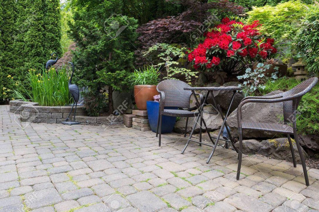 Large Size of Garten Hinterhof Mit Ppigen Pflanzen Landschaftsbau Teich Schaukelstuhl Pool Guenstig Kaufen Eckbank Jacuzzi Sauna Schallschutz Wasserbrunnen Vertikal Garten Wasserbrunnen Garten