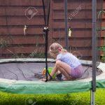 Kleines Mdchen Wscht Ihr Trampolin Im Garten Lizenzfreie Fotos Brunnen Aufbewahrungsbox Zaun Schwimmingpool Für Stapelstühle Vertikal Bewässerungssystem Garten Trampolin Garten