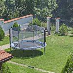Springen Trampolin In Grnen Wiese Am Garten Lizenzfreie Fotos Stapelstühle Pool Guenstig Kaufen Im Bauen Spielgeräte Für Fußballtor Aufbewahrungsbox Garten Trampolin Garten