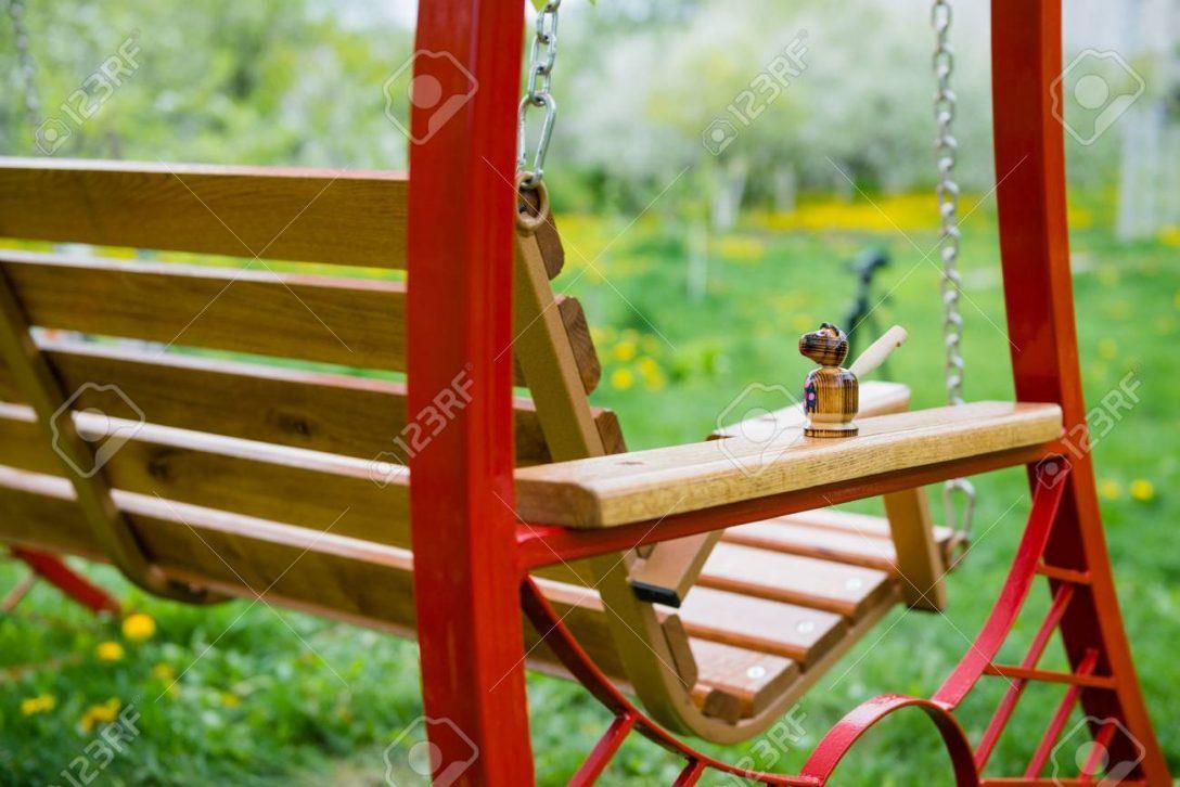 Large Size of Garten Swing Bank In Nhe Von Im Mit Bumen Und Klapptisch Lounge Möbel Heizstrahler Trampolin Kugelleuchten Feuerstelle Skulpturen Beistelltisch Klettergerüst Garten Kinderhaus Garten