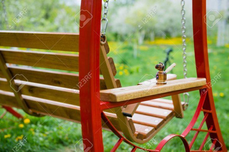 Medium Size of Garten Swing Bank In Nhe Von Im Mit Bumen Und Klapptisch Lounge Möbel Heizstrahler Trampolin Kugelleuchten Feuerstelle Skulpturen Beistelltisch Klettergerüst Garten Kinderhaus Garten