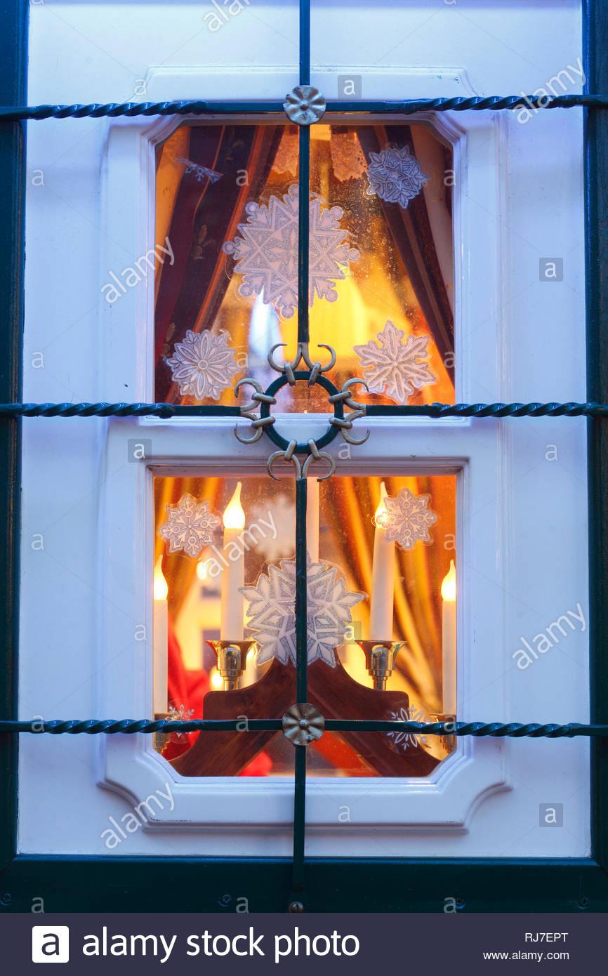 Full Size of Weihnachtsbeleuchtung An Einem Alten Fenster Eines Verkaufsstandes Insektenschutz Velux Ersatzteile Rollo Einbruchsicher Nachrüsten Dreifachverglasung Rc 2 Fenster Fenster Bremen