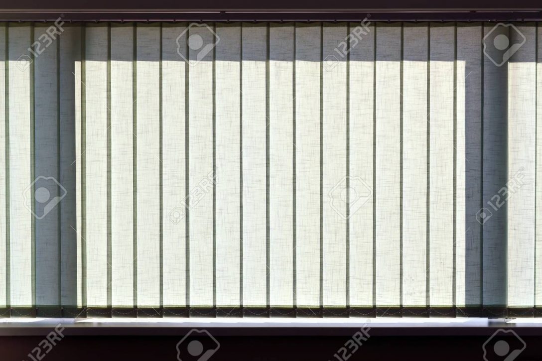 Large Size of Fenster Jalousien Vertikalen Auf Das Bro Lizenzfreie Meeth Rollos Innen Türen Einbauen Sonnenschutz Für Austauschen Kosten Winkhaus Wärmeschutzfolie Rc3 Fenster Fenster Jalousien