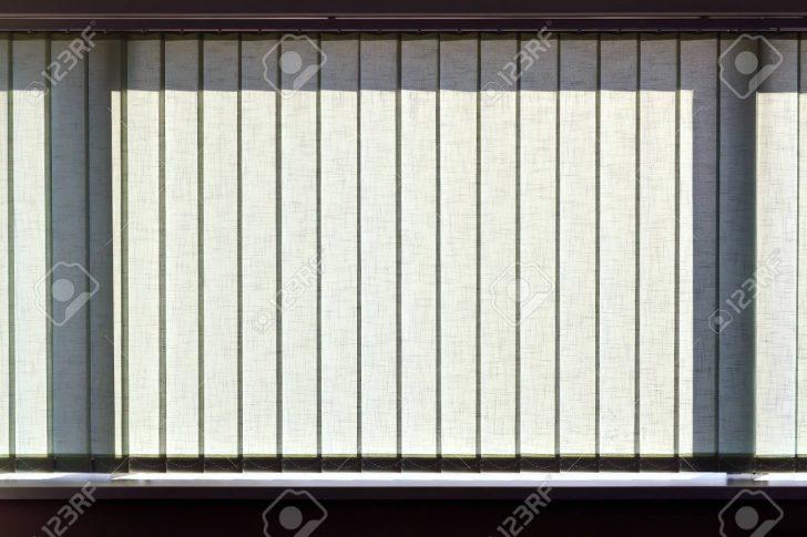 Medium Size of Fenster Jalousien Vertikalen Auf Das Bro Lizenzfreie Meeth Rollos Innen Türen Einbauen Sonnenschutz Für Austauschen Kosten Winkhaus Wärmeschutzfolie Rc3 Fenster Fenster Jalousien