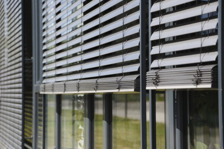 Medium Size of Fenster Sonnenschutz Aussenliegend Aussenjalousien Rollomeisterde Einbauen Tauschen Drutex Test Neue Kosten Austauschen Rolladen Landhaus Teleskopstange Außen Fenster Fenster Sonnenschutz