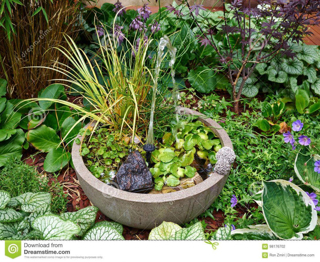 Large Size of Wasserbrunnen Garten Kleiner In Einem Schnen Stockfoto Bild Von Sauna Pergola Loungemöbel Holz Trampolin Trennwand Skulpturen Und Landschaftsbau Hamburg Garten Wasserbrunnen Garten