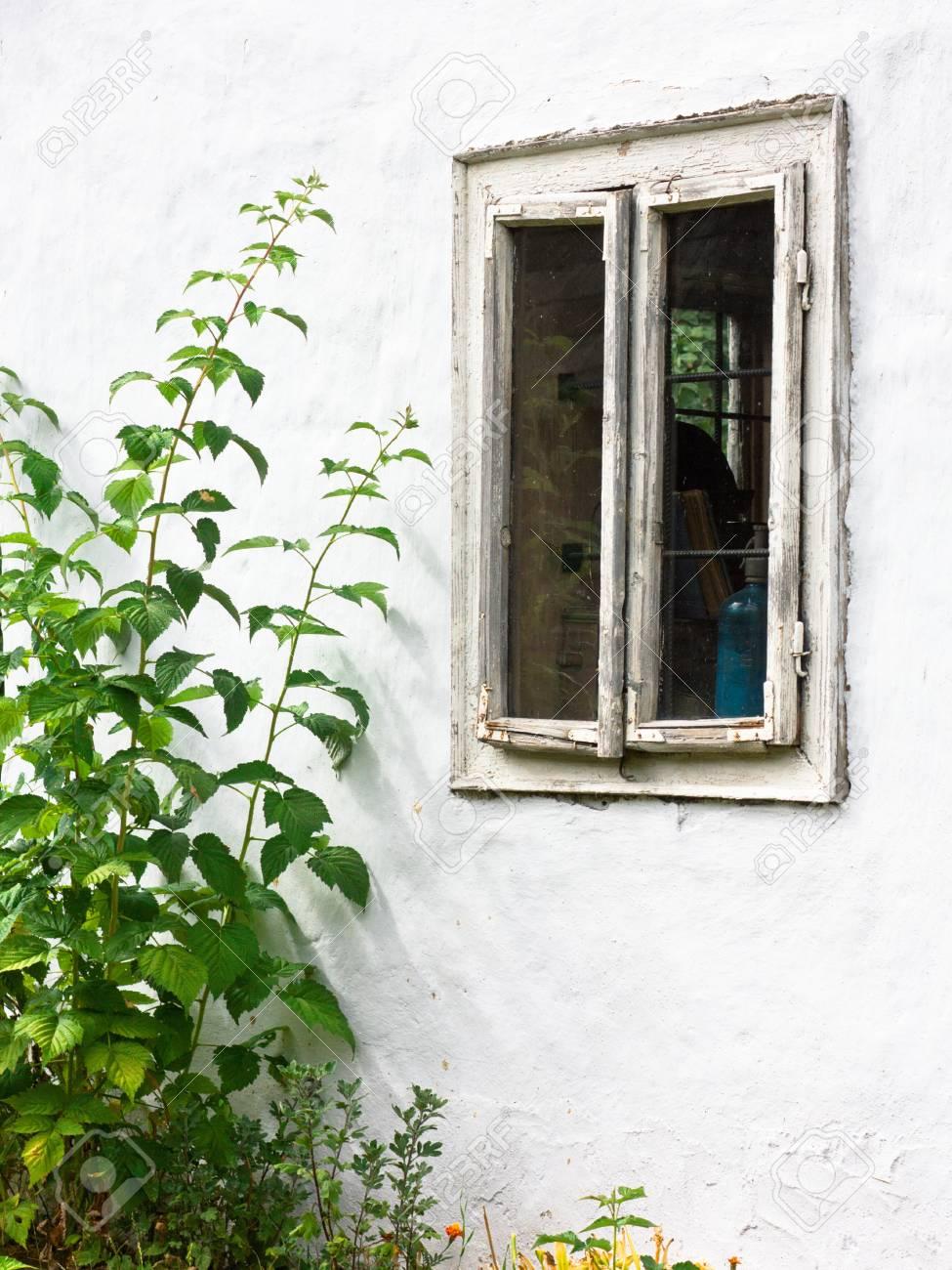 Full Size of Landhaus Fenster Schmutzigen Alten Und Wei Wand Rollos Innen Einbruchschutz Beleuchtung Mit Austauschen Velux Ersatzteile Sofa Polen Sichern Gegen Einbruch Fenster Landhaus Fenster
