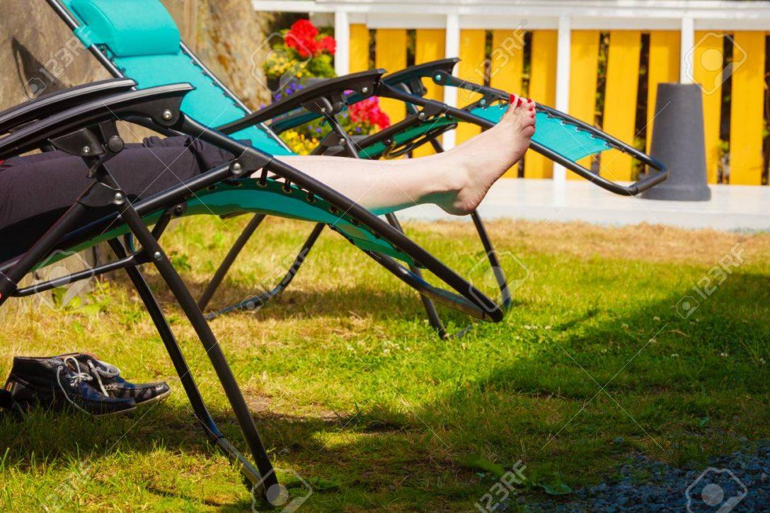Large Size of Liegestuhl Garten Weibliche Nackte Fe Frau Entspannt Auf Sonnenbank Trennwand Relaxliege Feuerstelle Spielgerät Gaskamin überdachung Spielhaus Holz Rattan Garten Liegestuhl Garten