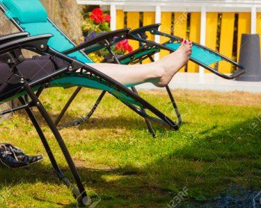Liegestuhl Garten Garten Liegestuhl Garten Weibliche Nackte Fe Frau Entspannt Auf Sonnenbank Trennwand Relaxliege Feuerstelle Spielgerät Gaskamin überdachung Spielhaus Holz Rattan